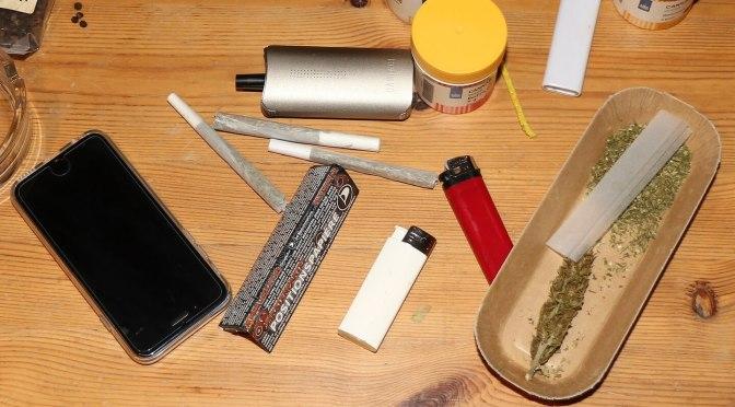 Vaporizer, Joints und Marihuana liegen auf dem Tisch