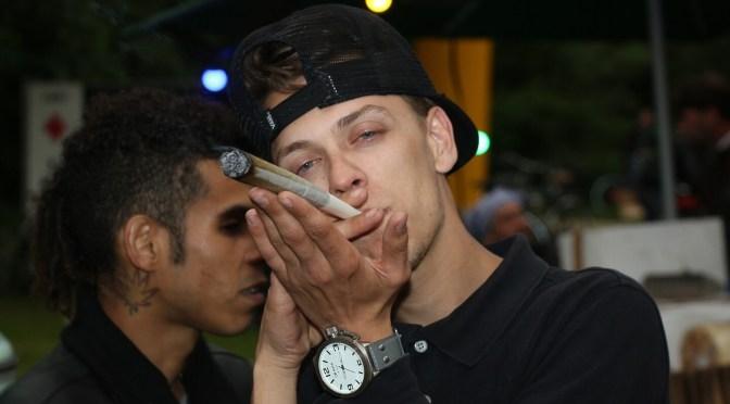 Cannabiskonsument mit richtig dickem Joint – Haschjunkie oder Konsument?