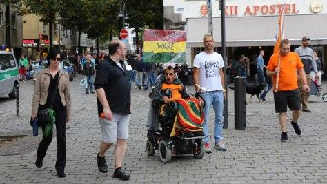 Lobby für Hanf: Rollstuhlfahrer auf der Cannabis Demo Dampfparade