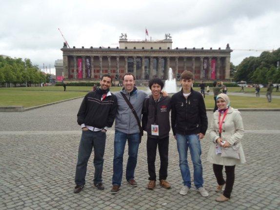 Phạm Văn Ninh (giữa) cùng bạn bè quốc tế trong một chuyến tình nguyện tại Đức