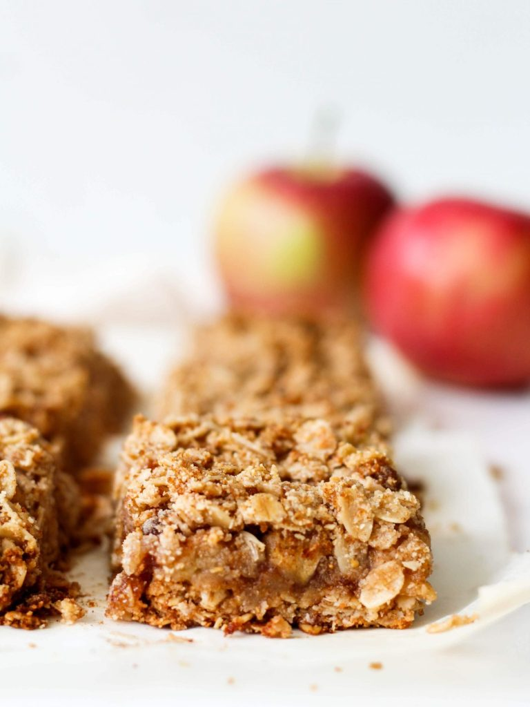 These apple crumble bars are an healthy treat that will give you all the fall feelings. They're made with healthy ingredients and vegan + gluten-free!