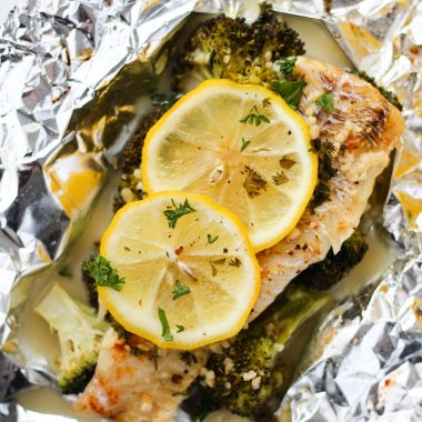 Easy lemon butter foil packet fish is made with white fish, broccoli and a garlic lemon butter sauce. This recipe can be grilled or baked for a delicious and healthy dinner meal.