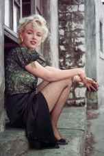 hbz-marilyn-the-hooker-sitting-la-1956-milton-h-greene-archive-images