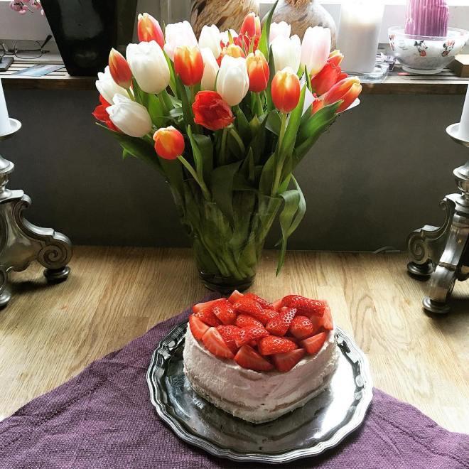Alla hjärtans dag tårta ❤️❤️ Smak: After Eight marängsbottnar, chokladganache, grädde och jordgubbar