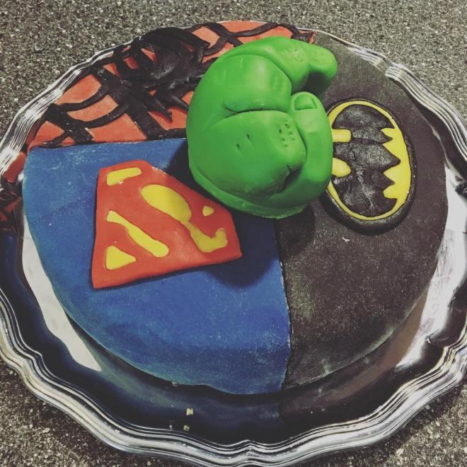 Tårtkalas 2/2 superhjältartårta med ahlgrens bilar fluff#batman