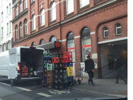hannovercyclcechic blockierter radweg falkenstrasse mit getränkekisten