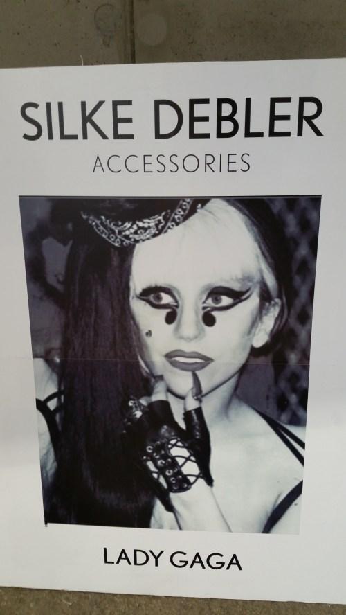 Auch die Pop-Queen trägt Handschuhe von Silke Debler auf der Bühne.