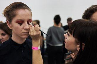 Make-up Artist Polly Paulina bei der Arbeit.