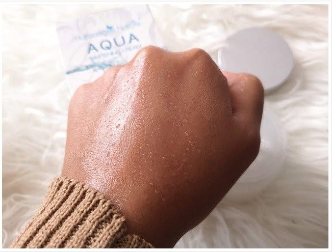 Titisan-titisan air Aqua Whitening Cream