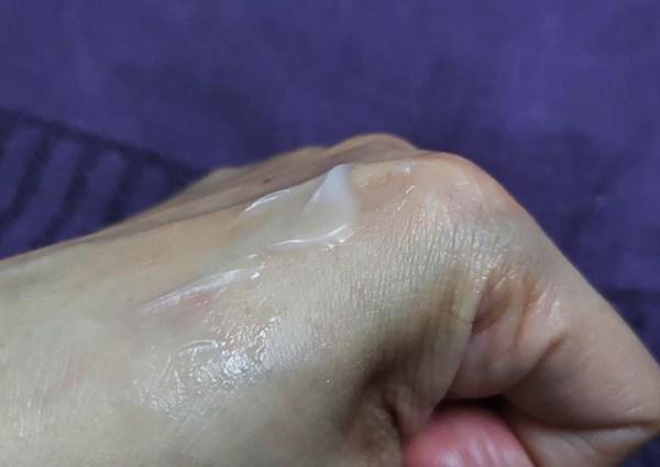 Aqua Whitening Cream gel yang bersifat ringan , tak melekit dan tiada kandungan alkohol , paraben atau sulfat