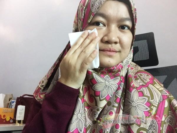 lap-muka-dengan-wet-tissue