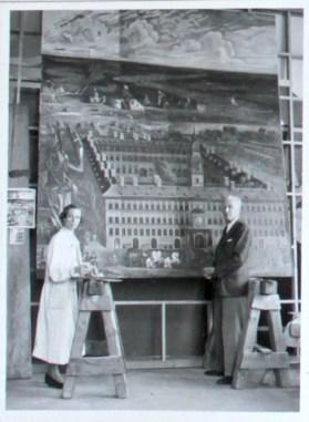"""März 1953. Das Foto zeigt Hans Lehmkuhl und Frau Streit während der Restaurierungsarbeit des Bildes """"Hanse-Haus in Antwerpen"""" für die obere Rathaushalle Bremen. Links an der Wand befindet sich unten die postkartengroße Vorlage des Gemäldes und darüber eine Vergrößerung der Vorlage."""