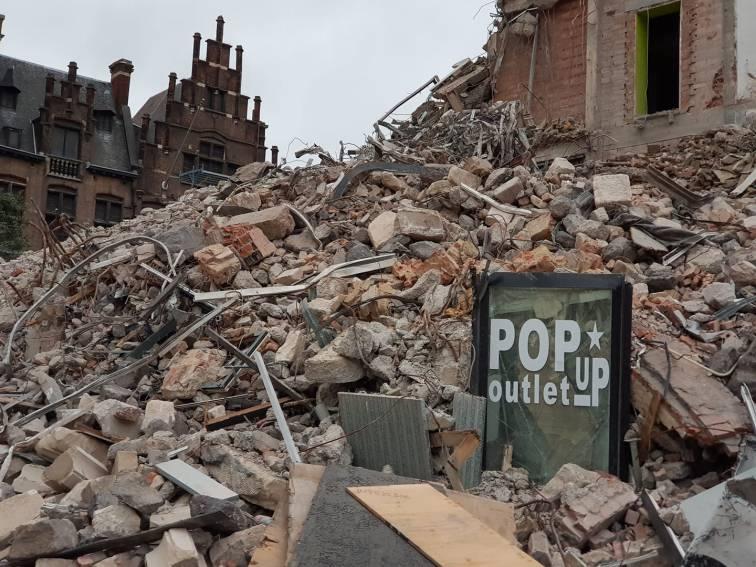 Antwerpen september 2019 Een pop-up store voor toeristen en zakenluis waarachter een steeds grotere puinhoop schuilgaat.