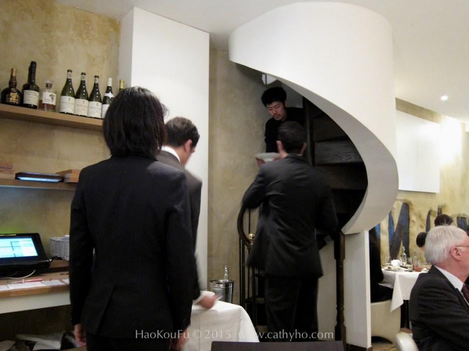 廚房出菜必須從窄小的螺旋梯走下來,交遞予餐廳外場,相當不易