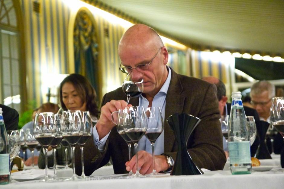 這位認真品酒的紳仕,即是Egon Müller 先生本人