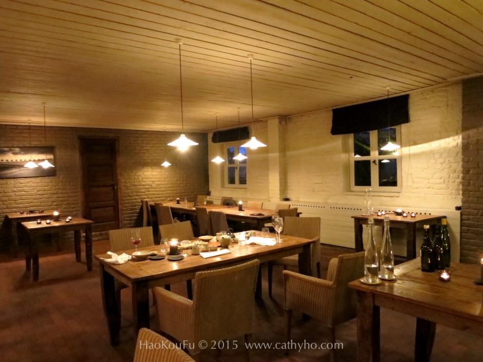 質樸古拙的原木桌子,搭配上設計簡約的座椅,深沉的紅磚地面,大地色系風格的用餐區