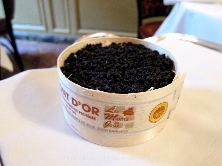 眾神之食 (l'Ambroisie),在金山起司 (Mont d'Or) 灑滿了切碎的黑松露粒
