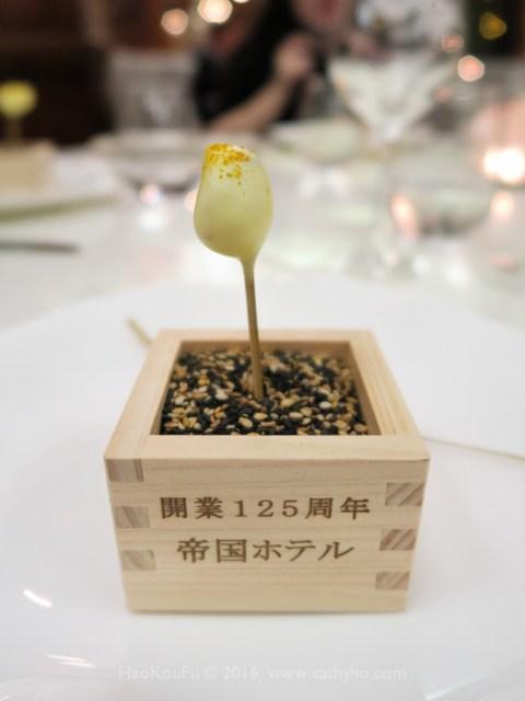 開味小點盛裝在寫著「開業125周年 帝國ホテル」字樣的清酒小木盒裡