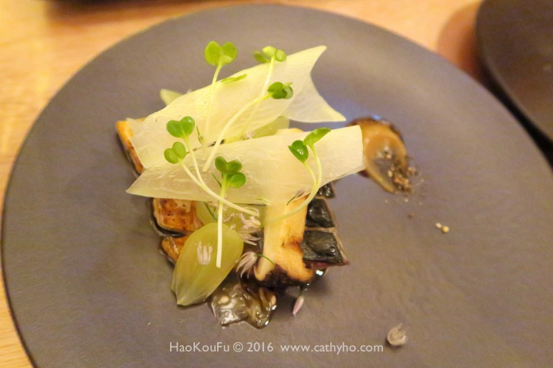 Serge et le Phoque - 這道烤鯖魚覆上薄薄的一層義大利科隆納塔豬油,佐以杏鮑菇和薄切蘿蔔,令人驚喜的是,肥美的鯖魚與義式豬油竟是如此對味。