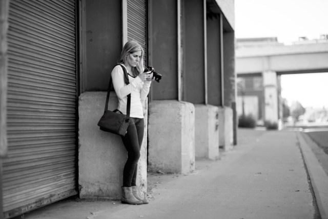 Streetfotografin mit Tamrac Schultertasche