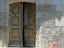 「Can you close the door(ドアを閉めてくれますか?)」のより丁寧な言い方
