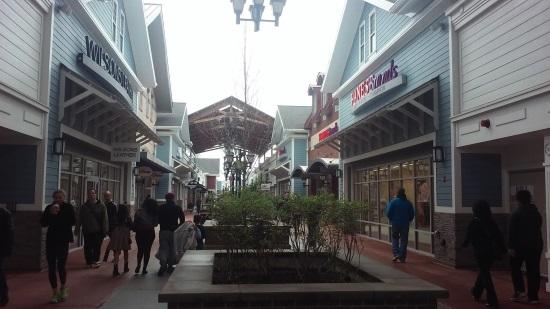 spring VIP shopping at Merrimack Premium Outlets