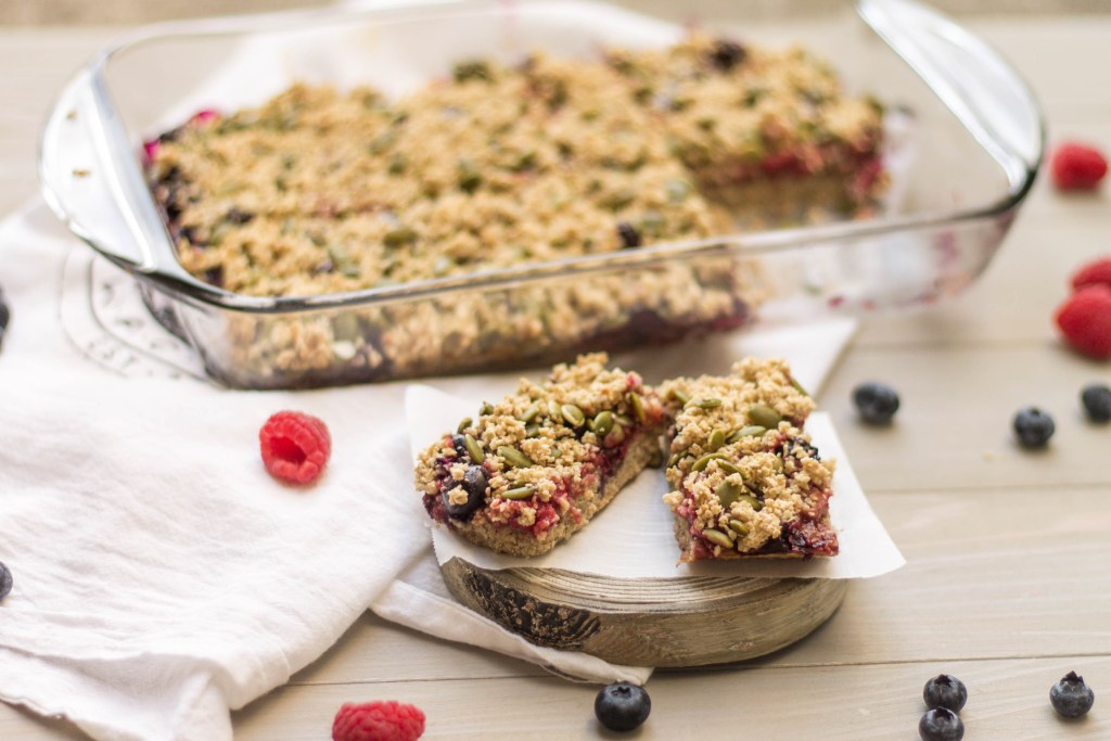 Read all about how to meal prep like a boss, and check out the recipe for these delicious berry breakfast bars! | read more at happilythehicks.com
