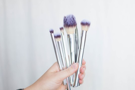 DIY makeup brush cleaner - Clean your brushes, ladies! | read more at happilythehicks.com