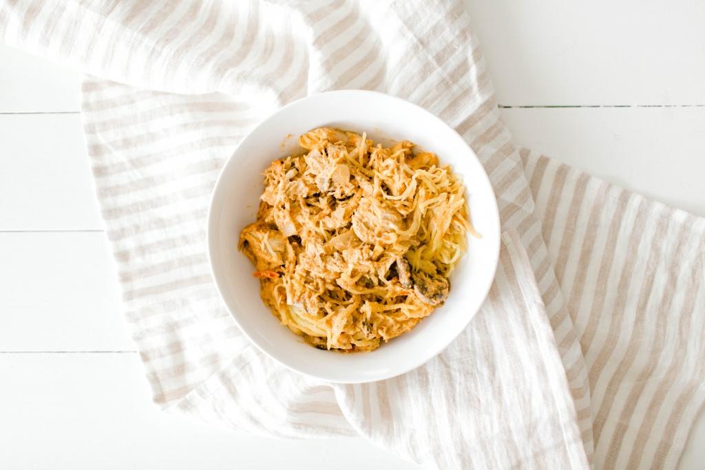 Whole30 Chicken Spaghetti (Squash) | read more at happilythehicks.com