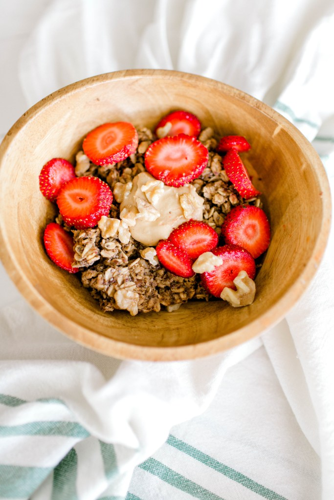 Easy Baked Oatmeal | read more at happilythehicks.com