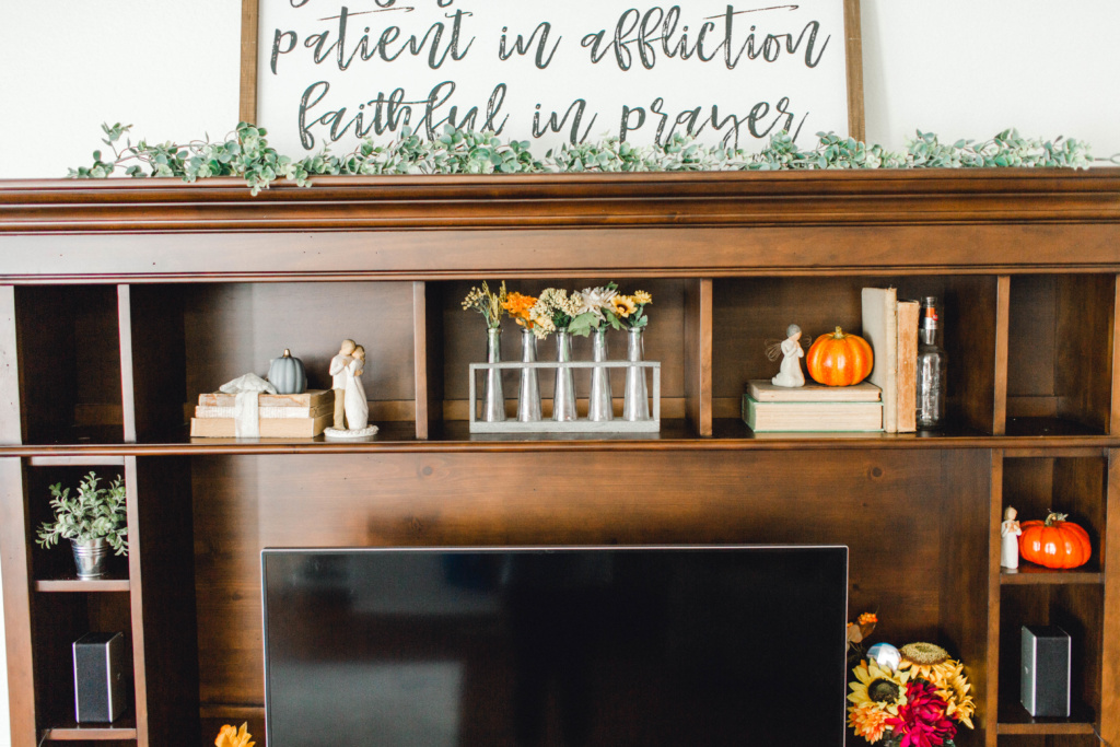 Fall Decor Home Tour | read more at happilythehicks.com
