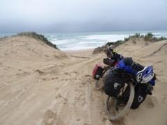 Quand je pousse mon vélo dans le sable juste pour voir l'océan...