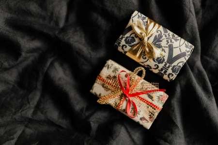 cadeaux emballés fond noir