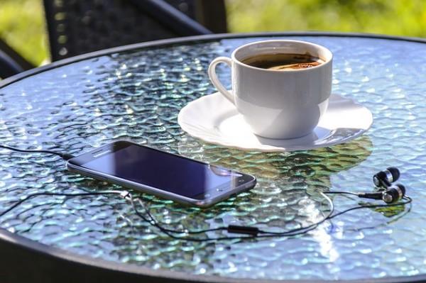 スマホとコーヒーとヘッドフォン
