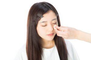 甲状腺機能低下症の女性が化粧をしているイメージ