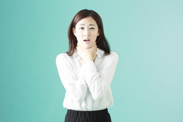 首が乾燥して首年齢が現れた女性のイメージ