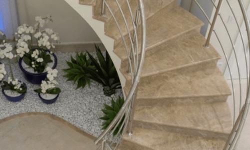 Идеи за пространството под стълбите: Как да го оползотворим