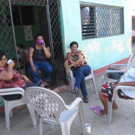 Vor der Schule sitzen und quatschen
