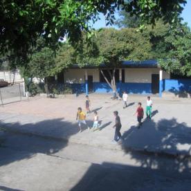 Fußballspielen am Schulgelände