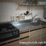 賃貸キッチンのDIYセルフリフォーム術!カッティングシートならシステムキッチン扉を簡単に木目調にできる