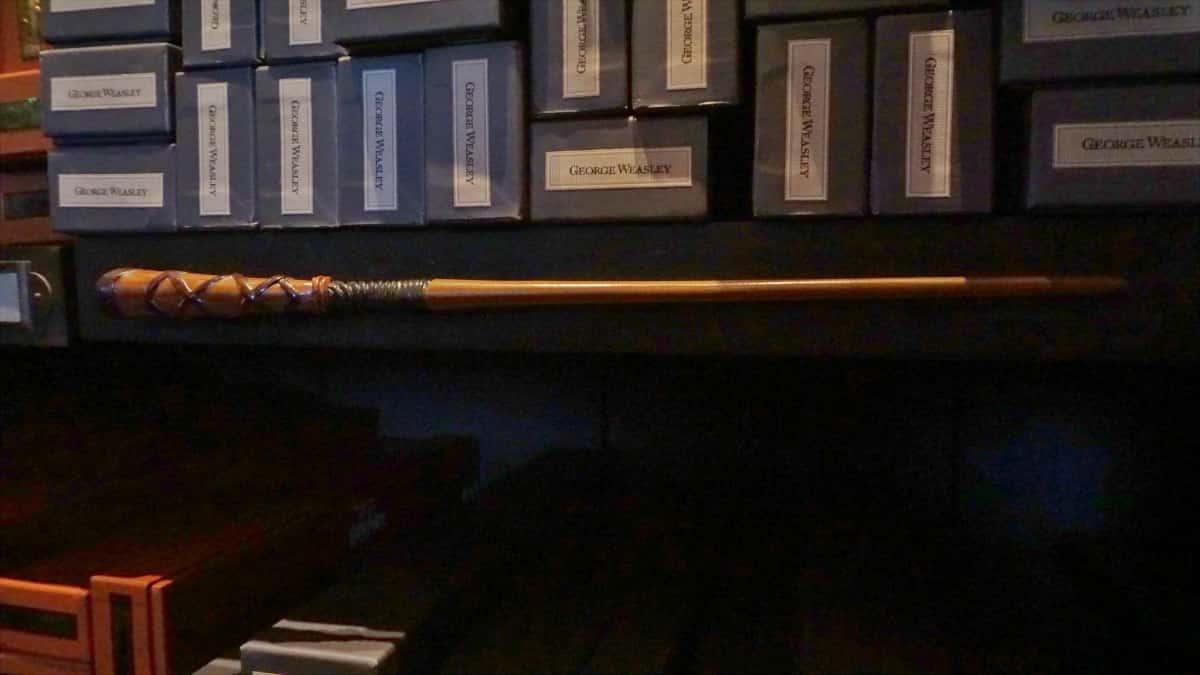 積み上げられた箱と展示されている杖