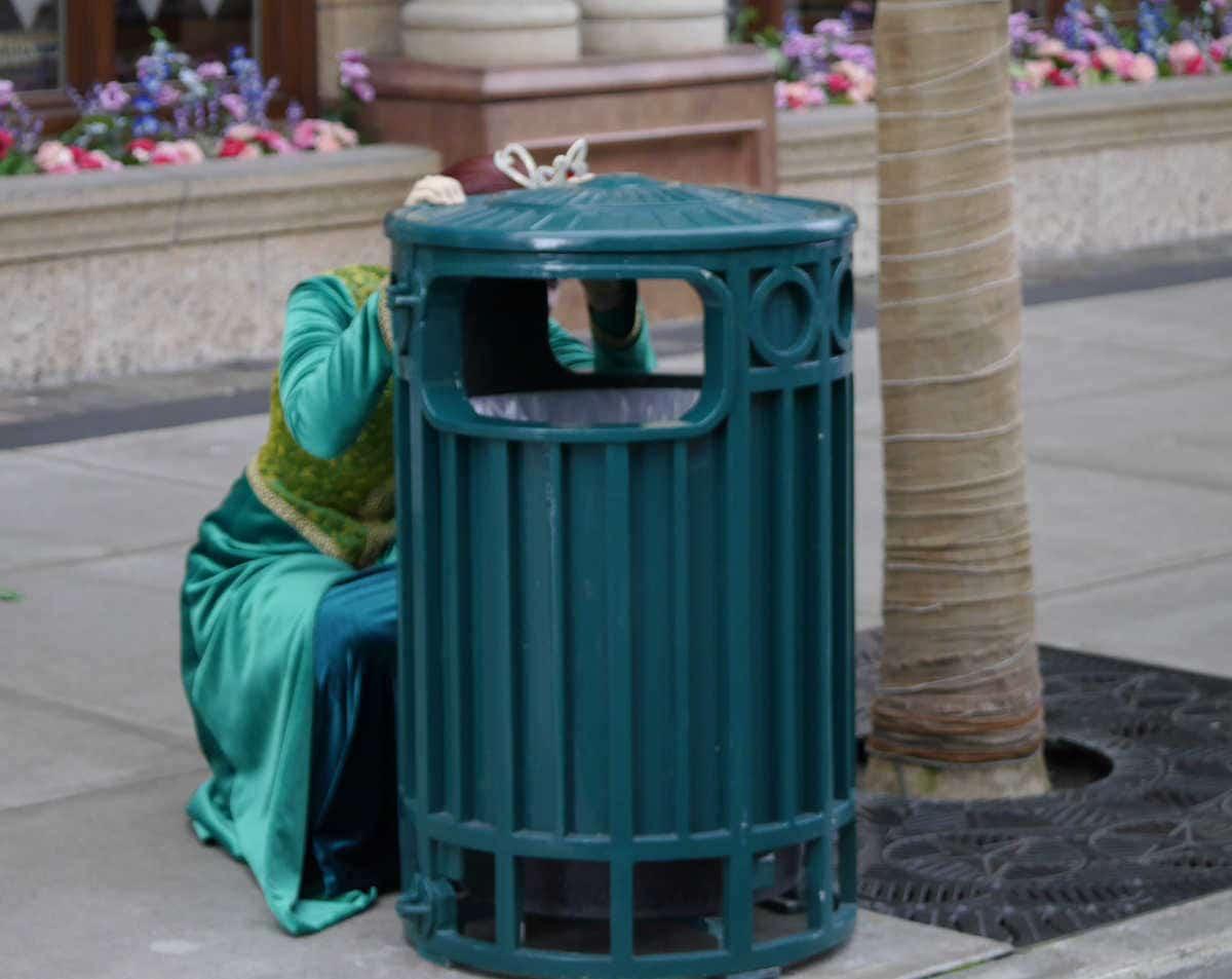 ゴミ箱の後ろに隠れる