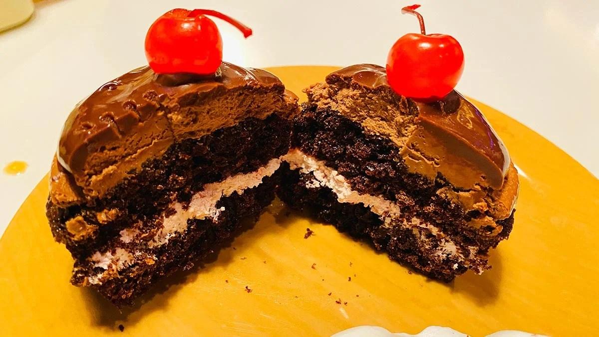 ダブルチェリーのチョコレートカップケーキ