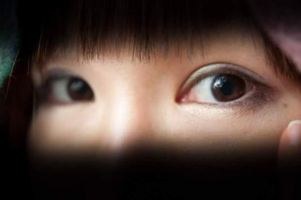 人の目が気になる、怖い原因は病気だった?治し方も解説!
