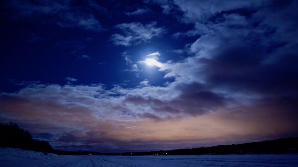 Happy-Fox-Aurora-Adventure-by-open-fire-full-moon-ounasjoki-river