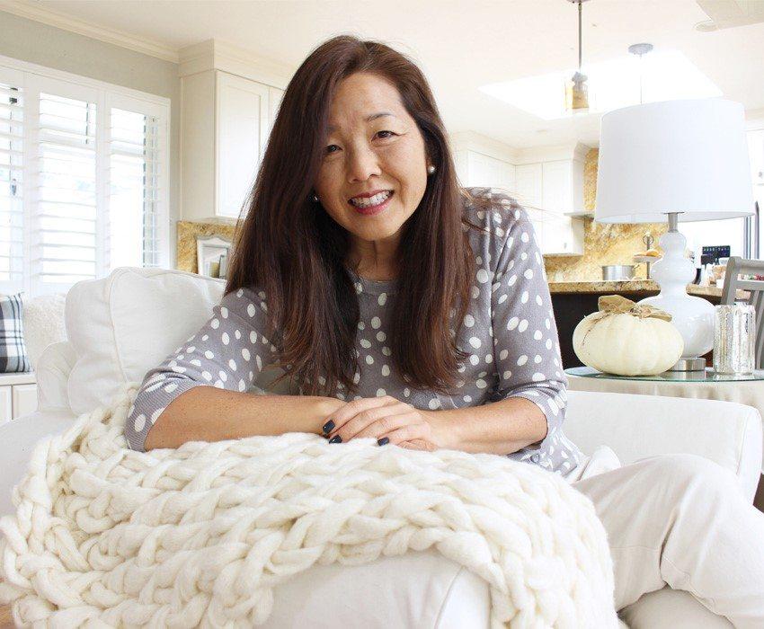 arm knitting-sm-ver-me-on-sofa