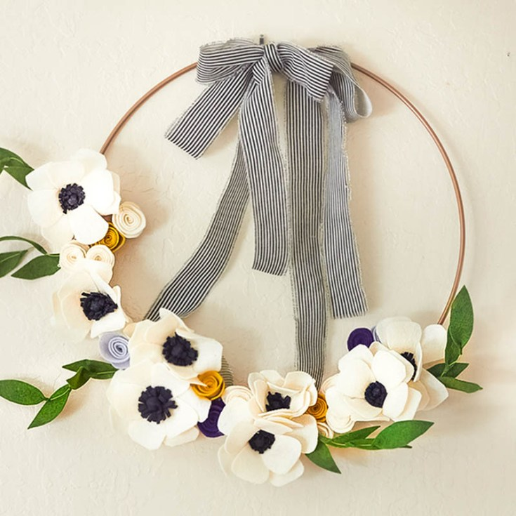 Here are 7 great projects for your home. Learn how to make these unique wreaths. Enjoy these summer craft projects, you'll love the results. #wreaths #summer #crafts