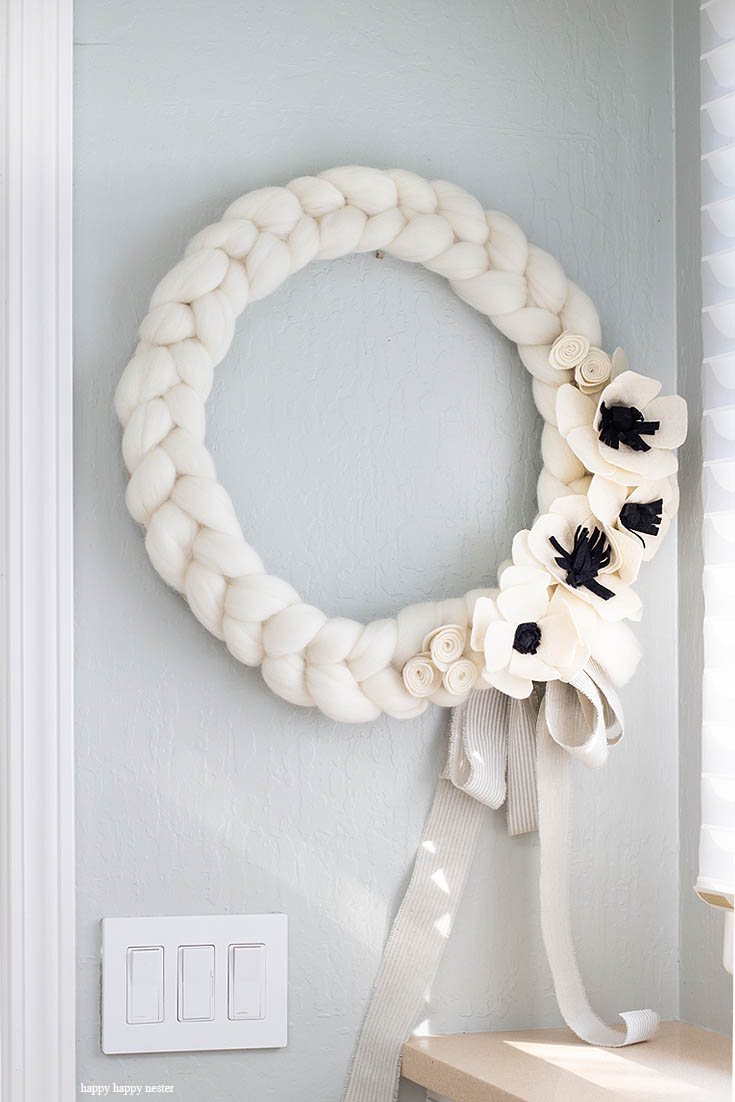 Here is a quick and easy arm knitted wreath to chase your winter blues away! This wreath is so easy to arm knit, and you'll seriously love the results. I love how this bright wreath will look great all year long. Crafts | Arm Knit | Arm Knit Wreath | Wreaths | Wreath DIY | Craft Tutorial | Arm Knit Project | Wreath