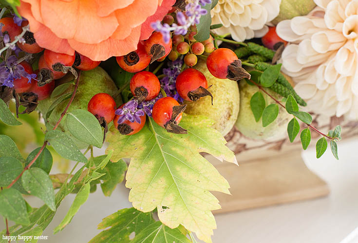 Use any flower even rose hips. This DIY Foraged Flower Arrangement is easy and inexpensive to make. With only a few flowers from my garden and a vintage tureen, I have the prettiest arrangement for under $10. Learn the tricks on creating a beautiful flower arrangement from your yard. Flowers | Flower Arrangements | Foraged Flower| Wedding Flowers