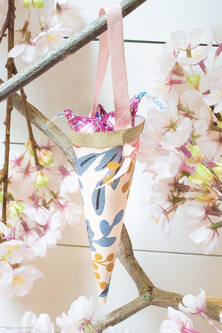 How to Make Easy Paper Cones for Treats is a tutorial that you'll want to check out. These paper cones make great treats, wedding favors, and kid's party favors. Make them out of your favorite rectangular craft or wrapping paper. Paper Cones | Party Favors | Wedding Favors | Treat Holders | Wedding Decor DIY | Crafts